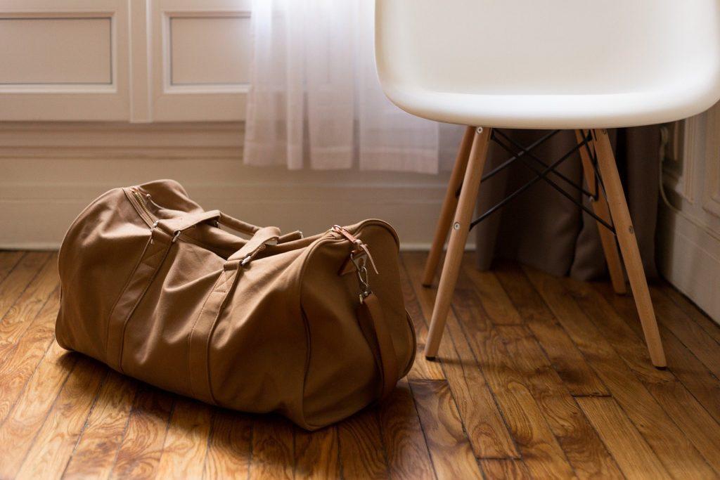 pakket taske på gulv