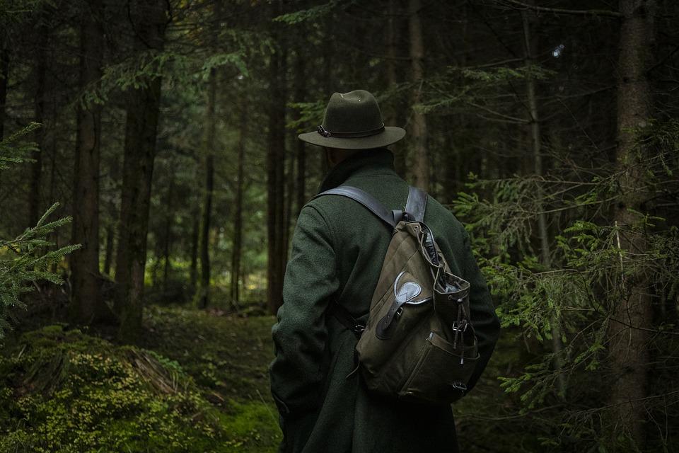 mand på jagt i skov