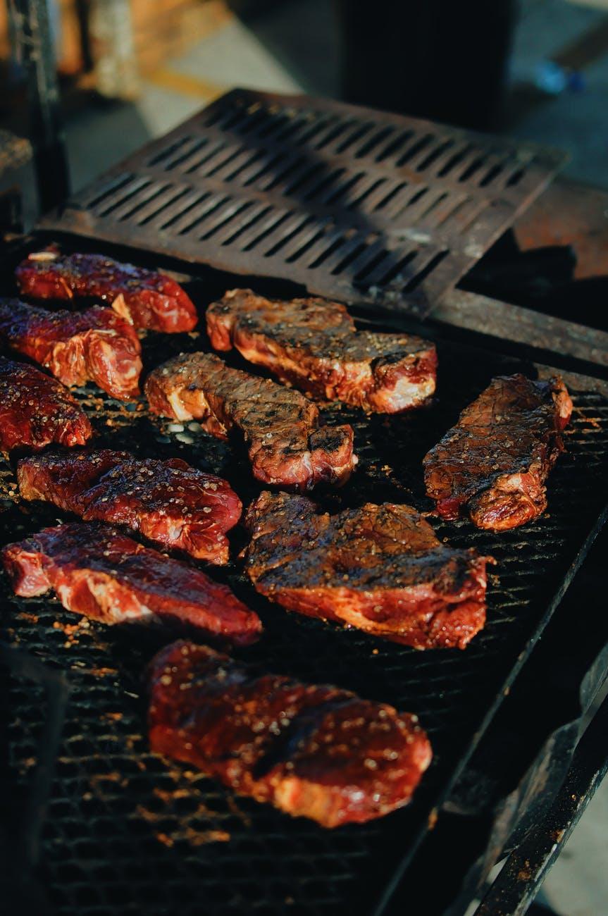 stegt kød på grill